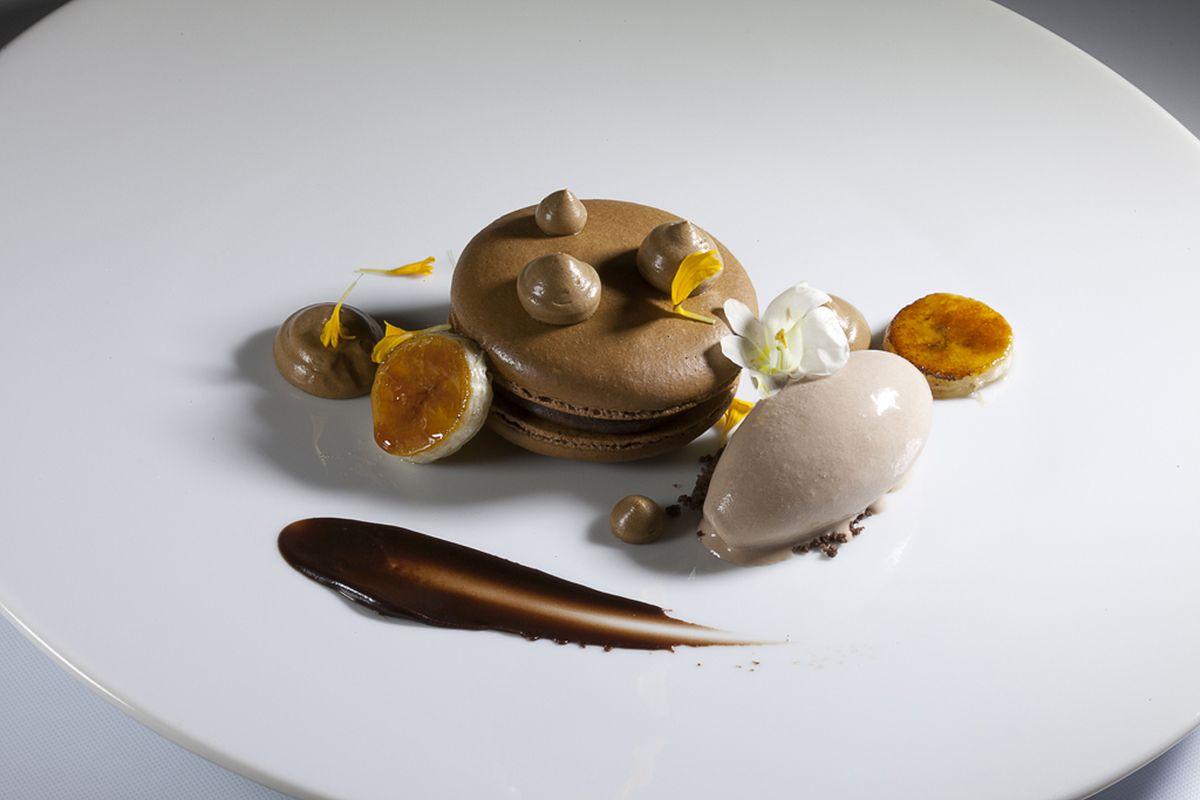 Coffee Macaron with Coffee Cream and Milk Chocolate Ice Cream by Antonio Bachour. Photo by Battman.